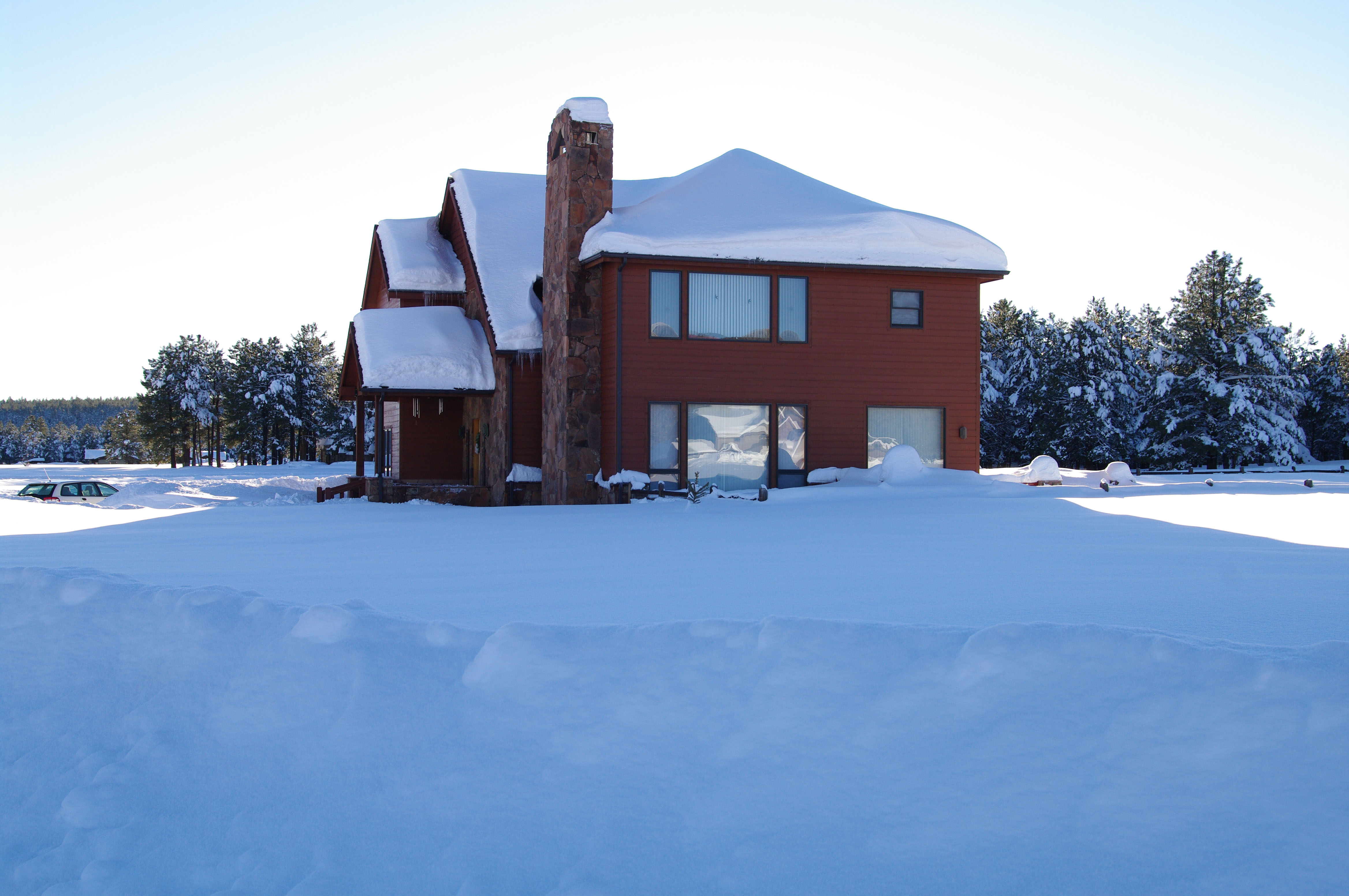 K20D4598.jpg - The other side of the house, with big snow drifts on the roof.